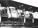 Na fotografii prvn�ho vyroben�ho letadla Ilja Muromec vid�me p�ed kabinou plo�inu, kterou m�ly i n�kter� z n�sleduj�c�ch stroj�. U prvn�ch dvou Muromc� s�rie B byl na t�to plo�in� zku�ebn� instalov�n kanon r�e 37 mm.