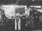 Druh� Ilja Muromec s�rie B (v�r.�. 135) s kanonem r�e 37 mm. Postava ve sv�tl�m pl�ti je ministr v�lky V. A. Suchomlynov, vedle n�ho, nejbl�e kanonu, stoj� M. V. �idlovskij, p�edseda p�edstavenstva RBVZ a pozd�j�� velitel Eskadry vzdu�n�ch kor�b�. Dal�� mu� v civilu, stoj�c� vpravo vp�edu mezi dv�ma uniformovan�mi, by mohl b�t dle viz�e konstrukt�r I. I. Sikorskij.