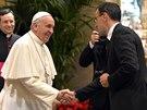 Papež František v pondělí vedl tradiční předvánoční projev k představitelům římské kurie. Na snímku si podává ruku s velitelem Švýcarských gard Danielem Rudolfem Anrigem  (22. prosince)