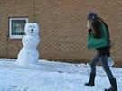Britské děti mají z přívalů sněhu velkou radost. Ty kreativnější nesjíždějí svahy, ale staví sněhuláky. (27. prosince)