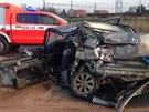 Po havárii museli hasiči vyprostit jak řidiče dodávky, tak ženu z jednoho z osobních aut (28. prosince)