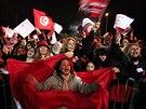 Voliči sekulární strany Hlas Tuniska, jejímž předsedou je Bádží Káid as-Sabsí, mávají státními vlajkami.