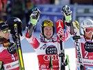 Tři nejrychlejší po obřím slalomu v Alta Badii. Zleva druhý Ted Ligety, vítěz Marcel Hirscher a třetí Thomas Fanara.