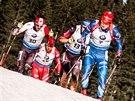 V ČELE. Ondřej Moravec vede skupinku biatlonistů v závodě s hromadným startem v Pokljuce.