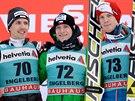 STUPNĚ VÍTĚZŮ. Zleva druhý Simon Ammann, vítěz Roman Koudelka a třetí Michael Hayböck.
