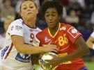 Norská házenkářka Nora Mörková (vlevo) se snaží ubránit Alexandrinu Cabralovou ze Španělska ve finále mistrovství Evropy.