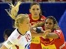 Norka Stine Oftedalová (vlevo) se snaží ve finále mistrovství Evropy prosadit proti Martě Mangueové ze Španělska.