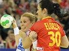 Španělská házenkářka Patricia Elorzaová (vpravo) se ve finále mistrovství Evropy snaží ubránit Karoline Breivangovou z Norska.
