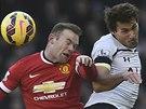 VZDUŠNÝ SOUBOJ. Benjamin Stambouli z Tottenhamu (vpravo) a Wayne Rooney z Manchesteru United.
