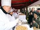Stejně jako loni se rozdaly stovky a stovky porcí tradičního vánočního pokrmu, pochutnat si mohl každý, kdo frontu vystál (24. prosince 2014)