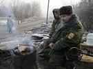 Proruští ozbrojenci se ohřívají na kontrolním stanovišti u města Makijivka, východně od Doněcku (15. prosince 2014).