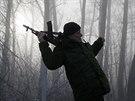 Proruský ozbrojenec na hlídce u obce Pantelejmonovka, severně od Doněcku (15. prosince 2014).