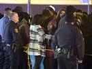 Policisté na předměstí ameriského St. Louis blokují přístup přihlížejícím na místo činu, kde byl zastřelen černošský mladík (24. prosince 2014).