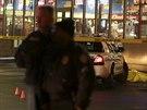 Policisté z amerického St. Louis vyšetřují incident na předměstí Berkeley. Na čerpací stanici tam policista zastřelil černošského mladíka, když na něj muž vytáhl zbraň (24. prosince 2014).