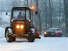 Silničáři odklízejí sníh na Karlovarsku. (29. prosince 2014)
