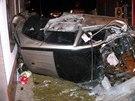 Řidič roztříštil v Újezdě u Brna automobil o sloup. On i spolujezdec vyvázli se zraněními (26. prosince 2014).