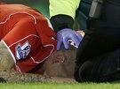 TO BOLÍ Liverpoolský stoper  Martin Škrtel leží na zemi s rozseklou hlavou, což mu způsobila kopačka protihráče Oliviera Girouda z Arsenalu.