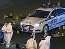 Newyorští policisté Rafael Ramos a Wenjian Liu zemřeli ve služebním autě. Muž, který je zastřelil, se prý mstil za smrt černošského mladíka (21. prosince 2014)
