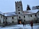 Zchátralý zámek v Brtnici mezi Vánoci a Novým rokem vítá turisty. Ti si mohou prohlédnout jinak nepřístupné interiéry kdysi honosného sídla, k vidění je i tajemný náhrobek z bílého mramoru.