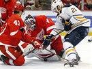 V AKCI. Petr Mrázek, brankář hokejistů Detroitu, zasahuje v domácím utkání proti Buffalu.