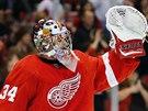 VÍTĚZSTVÍ. Petr Mrázek z Detroitu oslavuje výhru v nočním zápase NHL nad Buffalem. Přispěl k ní třinácti úspěšnými zákroky.