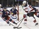 Jaromír Jágr z New Jersey se pokouší prosadit proti obraně New York Rangers.