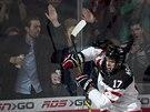 Kanadští fandové bouří a jejich miláček Connor McDavid se na mistrovství světa juniorů raduje z gólu.