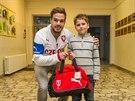 Fotbalový reprezentant Filip Novák ve škole v Přerově, kde rozdával dárky od Fotbalové asociace České republiky.