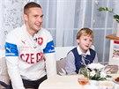 Fotbalový reprezentant Pavel Kadeřábek rozdával dárky od Fotbalové asociace České republiky.