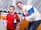Fotbalový reprezentant David Limberský rozdával dárky od Fotbalové asociace České republiky.