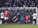Brankář Hugo Lloris z Tottenhamu předvádí v zápase proti Manchesteru United jeden z několika skvělých zákroků.