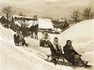 Dobová pohlednice zachytila děti sáňkující na Janovičkách u Broumova v tehdejších Sudetech.