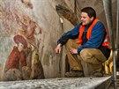 Kastelán Kuksu Libor Švec si prohlíží restaurátorské práce nástěnných maleb z cyklu Tance smrti (14.1.2014).