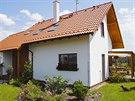 Vstupní partie rozděluje přízemí na garáž a společnou obývací část, štít domu spolu s nárožní terasou jsou vystaveny západnímu slunci.