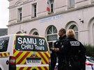 """Policie ve městě Tours ve střední Francii zastřelila muže, který na policejní stanici nožem napadl a zranil tři příslušníky. Provolával u toho """"Alláhu akbar""""."""