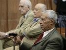 Doktor Raul Eugenio Martin (s červenou kravatou) byl obvinění zproštěn, vedle něj sedí bývalý argentinský generál Santiago Omar Riveros, který dostal 30 let, a bývalý diktátor Reynaldo Bignone, který odešel s trestem 16 let.