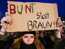 Stoupenkyn� hnut� Vlastene�t� Evropan� proti islamizaci Z�padu (Pegida) dr�� na pond�ln� demonstraci v Dr��anech karton s n�pisem �barevn� m�sto hn�d�.