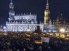 Demonstrace proti islamizaci Evropy, kterou svolalo hnut� Pegida, p�ed dr��anskou Katedr�lou Nejsv�t�j�� Trojice.