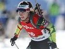 Naděžda Skardinová míří v Pokljuce pro třetí místo v závodě Světového poháru s hromadným startem.