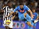 Gonzalo Higuaín (vpravo) z Neapole bojuje o míč s Paulem Pogbou z Juventusu Turín.