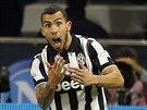 Carlos Tevez (uprostřed) slaví se spoluhráči z Juventusu svůj gól proti Neapoli.