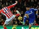 Diego Costa (v modrém) z Chelsea obchází Petera Crouche ze Stoke.