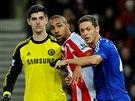 Steven N'Zonzi (uprostřed) ze Stoke a Nemanja Matič (vpravo) z Chelsea bojují o pozici. Situaci sleduje Thibaut Courtois, brankář Chelsea.