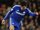 Cesc Fabregas z Chelsea pálí na branku Stoke.