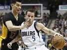 Jeremy Lin (vlevo) z LA Lakers se snaží ubránit J. J. Bareu z Dallasu,