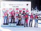 AHOOOOOJ! První místo ve stíhačce v Pokljuce obsadil Emil Hegle Svendsen (druhý zleva), druhý skončil Anton Šipulin (zcela vlevo), na třetím místě se umístil Martin Fourcade (třetí zleva) a jako pátý dojel Ondřej Moravec (druhý zprava).