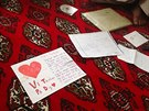 Rodina si nechává dopisy, které mu ze zahraničí přišly. České děti předstihly dánské (Afghánistán, 30. listopadu 2014).
