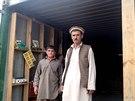 Oba Farídulláhové před novou autodílnou (Afghánistán, 30. listopadu 2014).