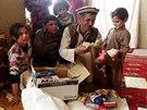České děti poslaly afghánskému chlapci Farídulláhovi školní potřeby i několik hraček (Afghánistán, 30. listopadu 2014).