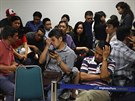Rodiny cestujících z letu QZ8501 čekají na zprávy o svých blízkých na letišti v Surabaye (Indonésie, 28. prosince 2014).